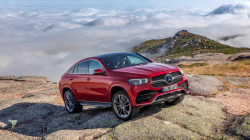 Nová generace Mercedesu GLE láká na bohatý interiér