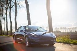 Elektromobily Tesla jsou stále populárnější, nyní je můžete mít i se slevou