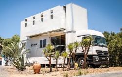 Pojízdné karavany známe všichni, avšak což takhle dvoupatrový pojízdný hotel?